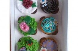 Cupcakes variados con motivos florales