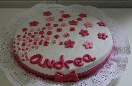 Tarta decorada con flores rosas y lazo